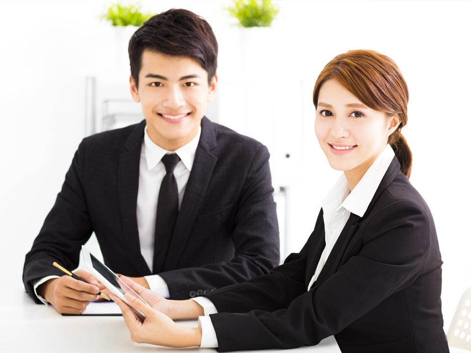 ビジネススクールで勉強する男女